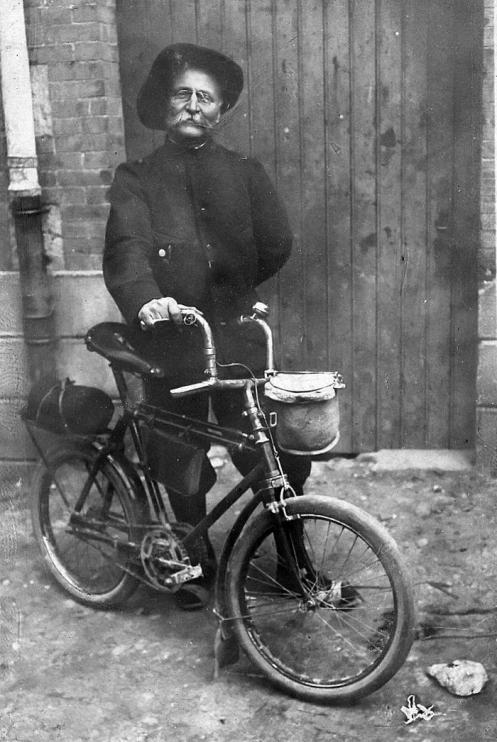 Vélocio with his 'Carrosse de Gala' small-wheeler in 1907