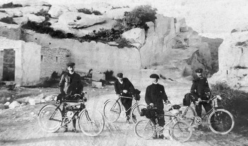 Vélocio and companions at Les Baux