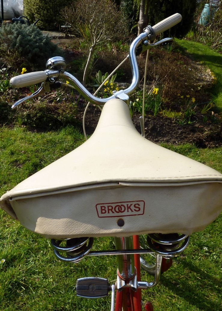 The type of saddle fitted to Raleigh 20s varied somewhat but was always a plastic covered sprung type. A cheap version, sold under another Raleigh-owned brand name, such as BSA, might well have a vaery basic, unbranded saddle. This FE, however, is a high-end model and has a Brooks fully-sprung mattress saddle.