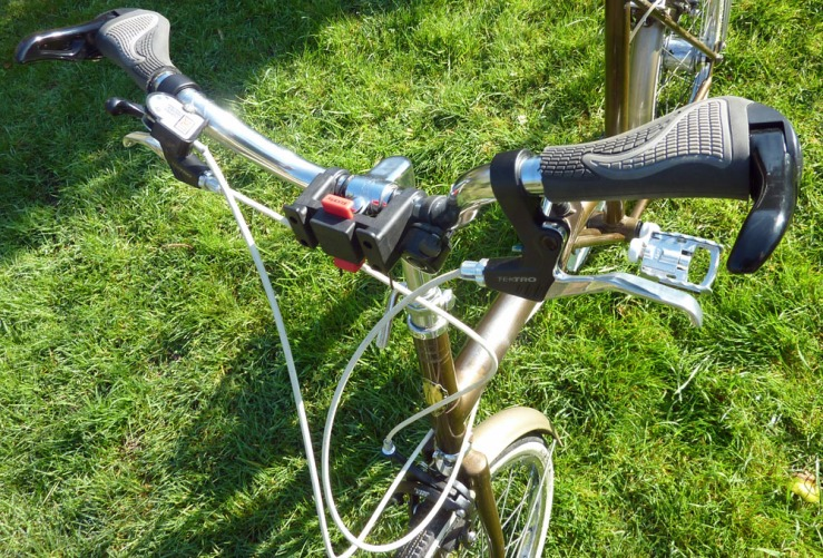 A view of the handlebar cluster with the bag removed, showing the front of the Klickfix mount.